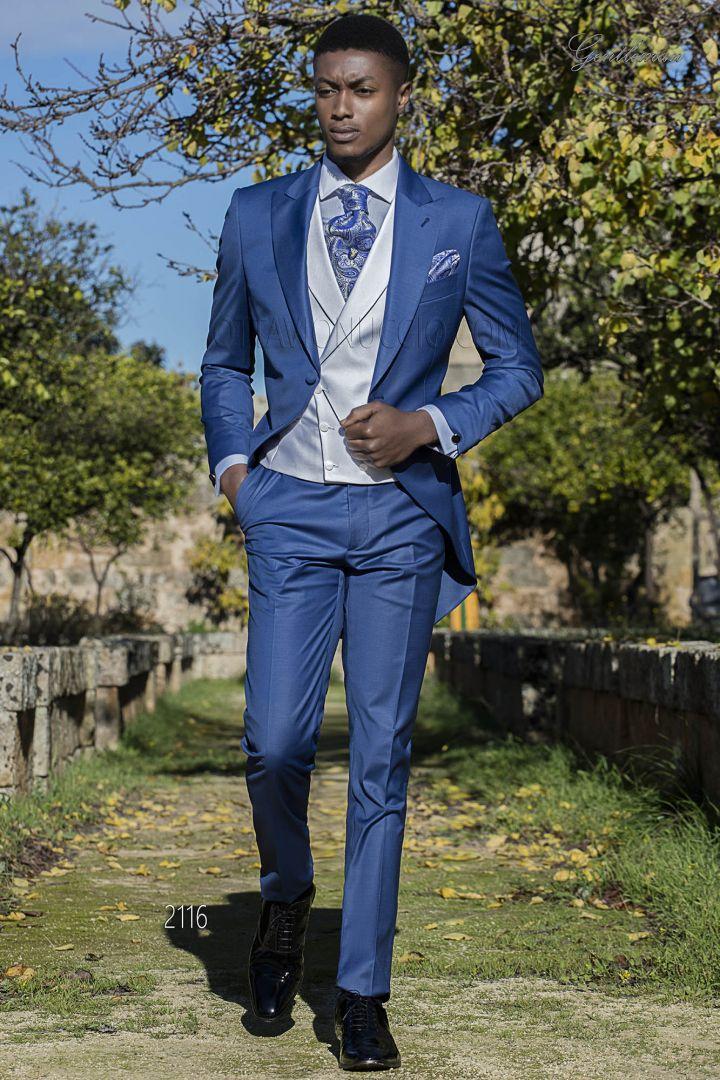 Traje de novio azul royal con chaleco blanco