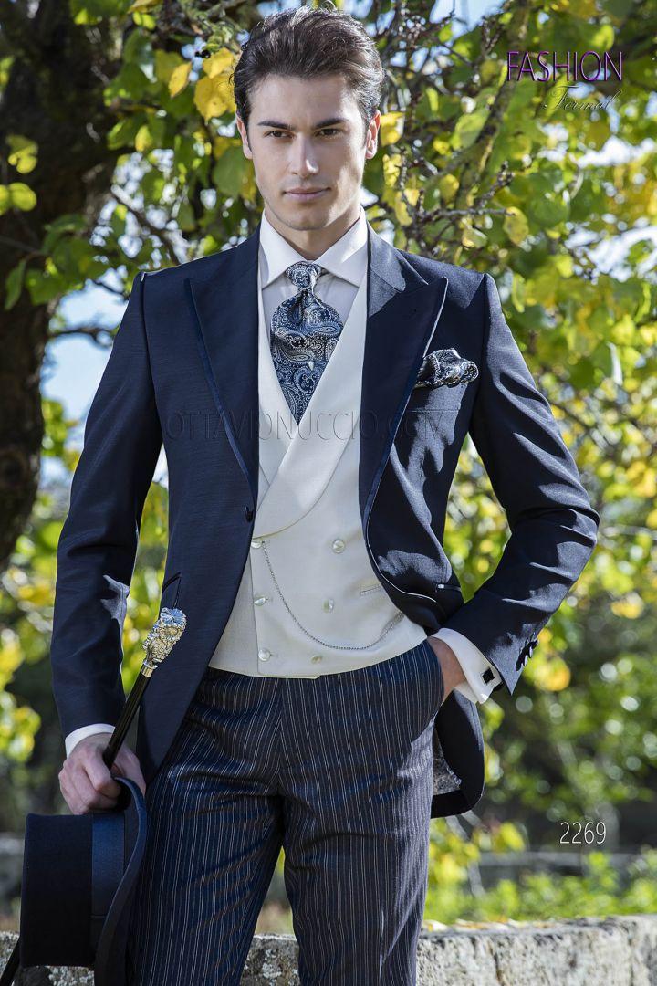Traje de novio media etiqueta azul con chaleco marfil y pantalón azul rayas