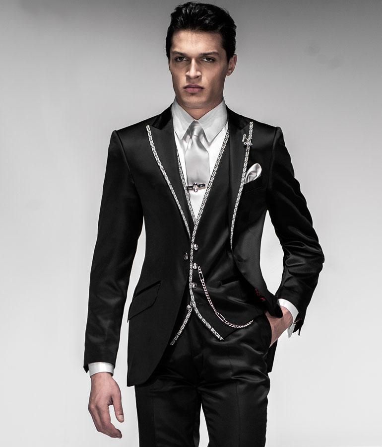En esta sección de trajes de ketauan.ga encontrarás los trajes entallados para hombre perfectos para tu estilo elegante y sofisticado. ¿Por qué esperar más? Sabemos que tu look suele ser desenfadado, pero siempre se nos presentan ocasiones en las que es necesario llevar un traje de vestir completo, una chaqueta, camisa de vestir, unos pantalones de traje con el cinturón adecuado y uno zapato inglés de .