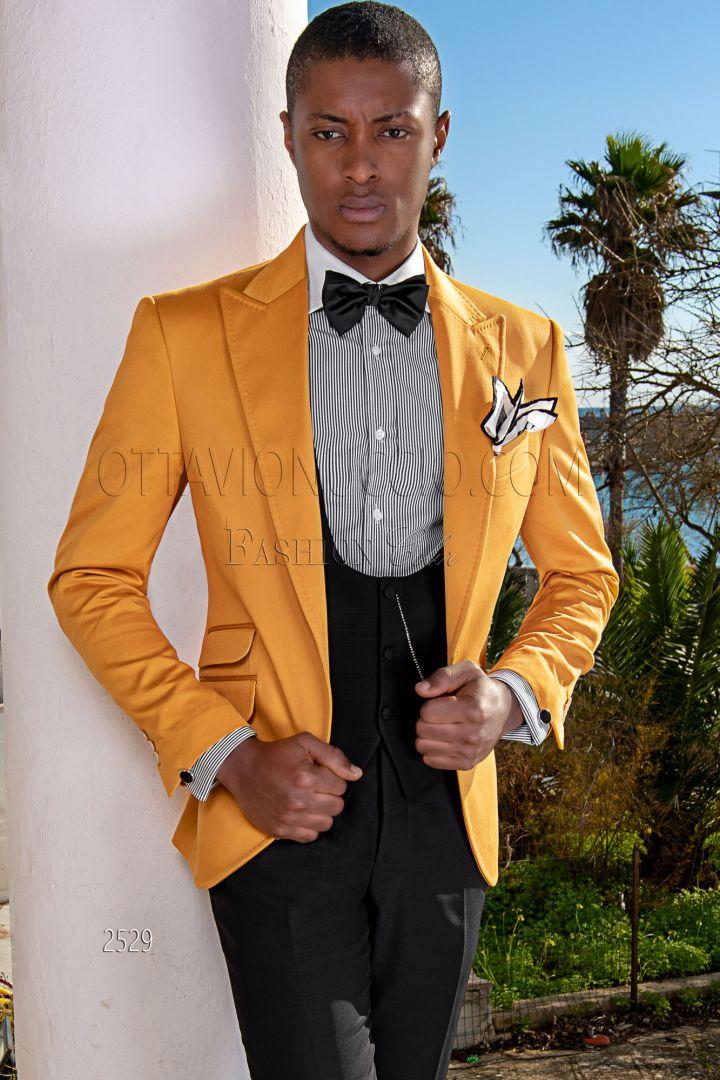 Blazer amarilla en raso de algodón con chaleco y pantalón negros