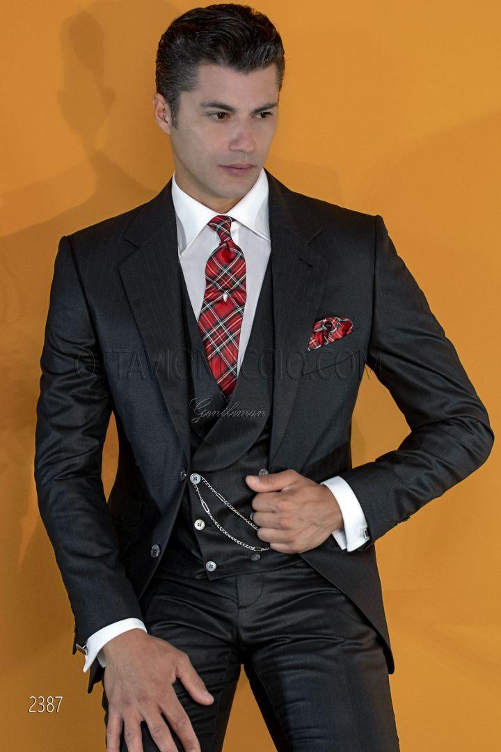 Traje italiano negro con raya diplomática roja y chaleco cruzado