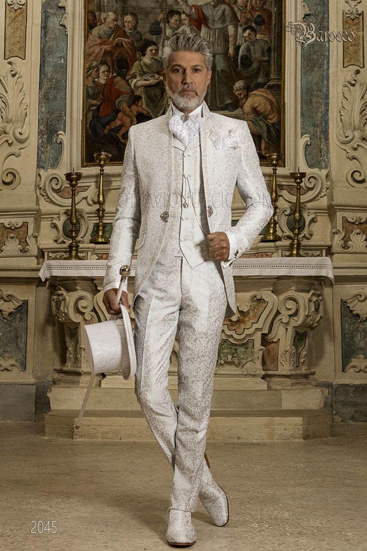 Traje de novio barroco, tejido jacquard gris perla con bordados plateados y cuello mao