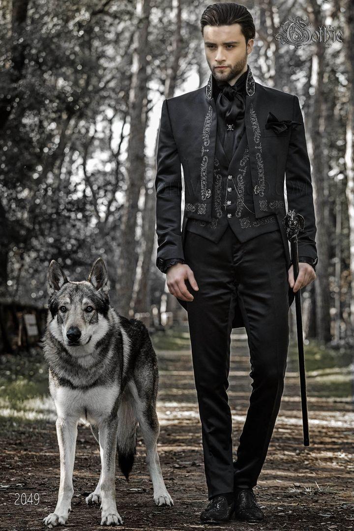Traje negro de novio Gótico, modelo frac cuello mao y tejido satén con bordados plateados