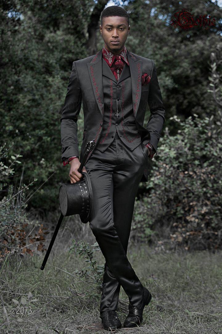 Traje italiano estilo Gótico raso negro de novio, bordados rojo