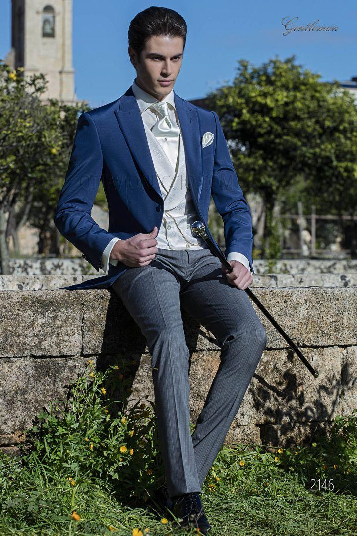 Chaqué azul royal con pantalón gris y chaleco marfil